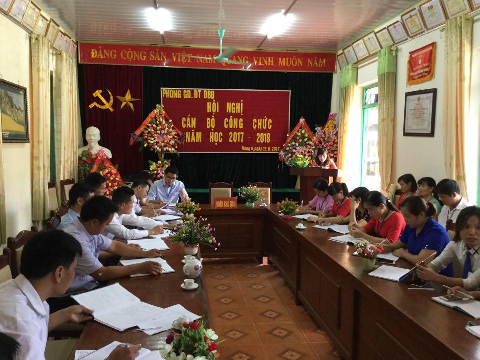 Đ/c Hà Hương Giang lên khai mạc hội nghị và giới thiệu đại biểu.