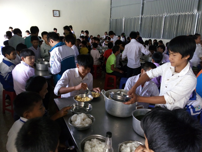 Bữa cơm nghĩa tình của các em Trường PTDTBTTHCS Nong U.